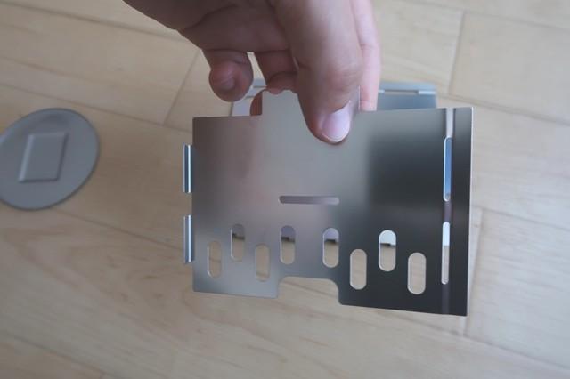 ステンレス製の板の端に爪とはめ込む穴