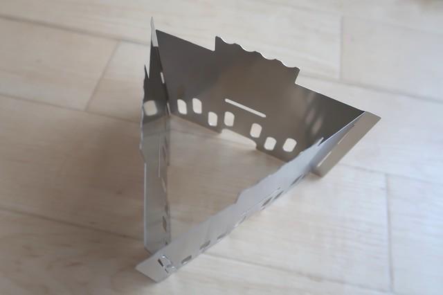 3枚のステンレス製の板をつかって三角形にすれば組み立て完成
