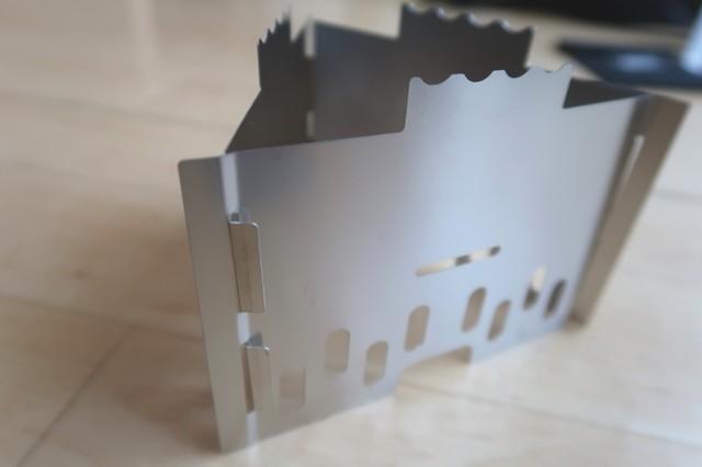 三角形にする事により薄くて軽いステンレス製の板でも高強度になる