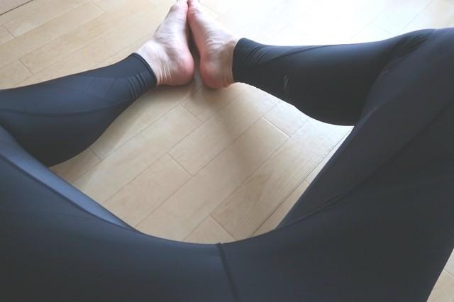 CW-Xを穿いて股関節をマッサージ中