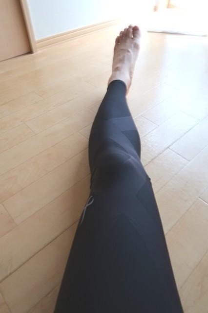メンズワコールスポーツタイツ姿の男性の足