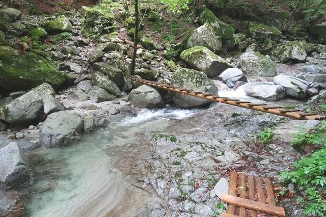 丹沢の滝おすすめルートと本棚・下棚までの登山道木の橋