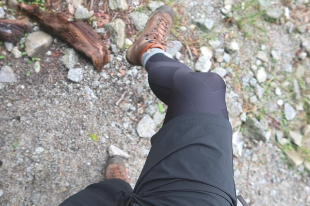 にスポーツタイツを穿いて登山