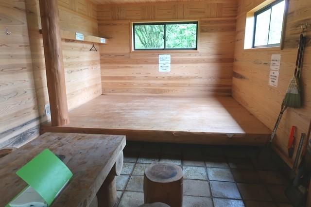 加入道山避難小屋の収容人数最大で10名前後
