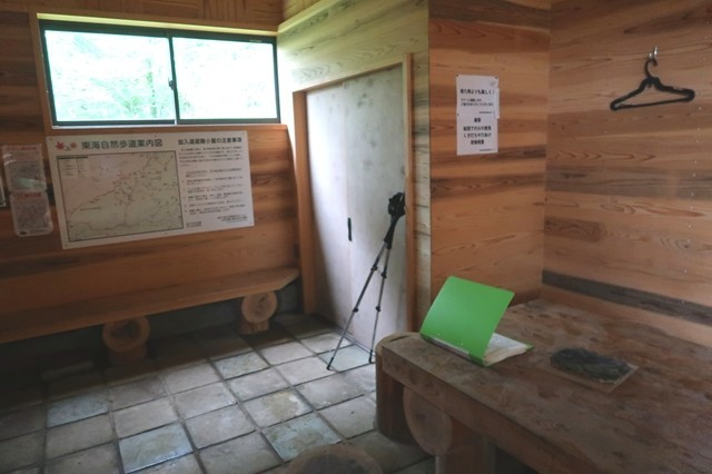 加入道山避難小屋内部と土間ベンチ