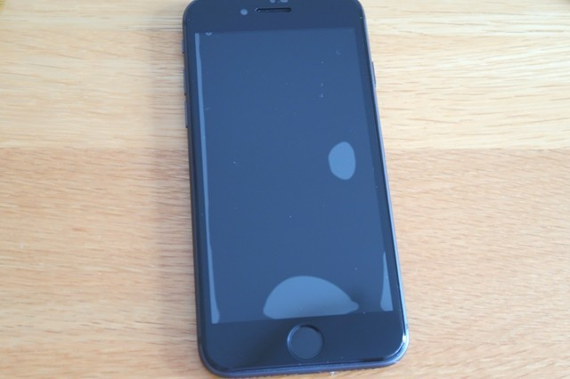 スマートフォン液晶画面にガラスフィルムをセットした状態