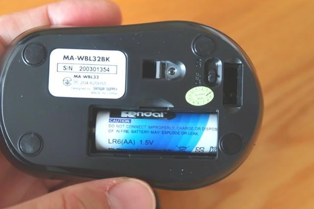 マウスの裏側に乾電池を入れて準備