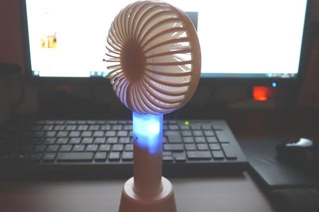 扇風機の運転中は怪しげなブルーライトが灯る