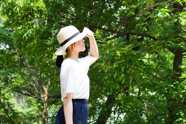帽子が飛ぼされる女性危険のシグナル