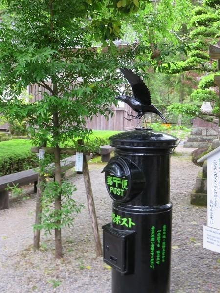 熊野本宮大社境内に設置されているカラスのポス