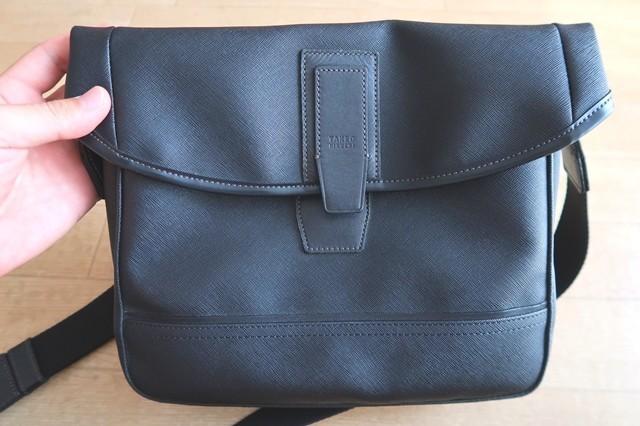 補修する革製品の鞄(ショルダーバッグ)表の様子