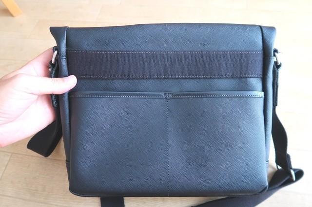 補修する革製品の鞄(ショルダーバッグ)裏側の様子