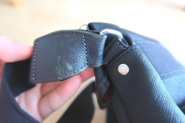 カバン本体とベルトの繋ぎ目付近補修が必要