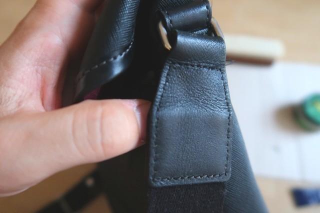 サフィールレノベイティングカラー補修クリームを傷んだ革の部分に塗って10分ほど放置した状態