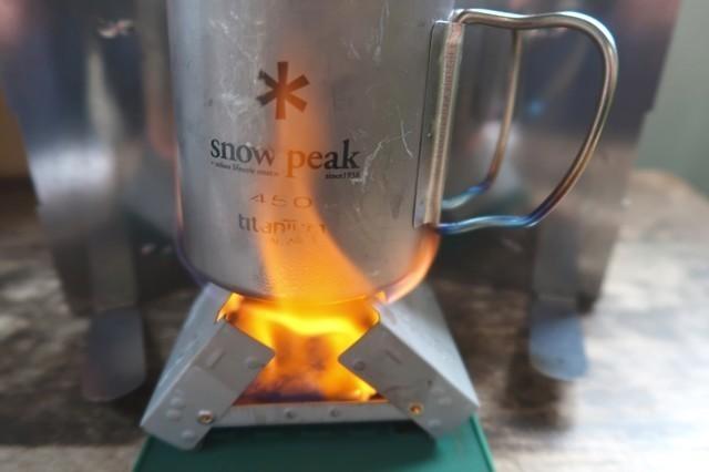 エスビット固形燃料ストーブを燃焼させている状態のアップ写真