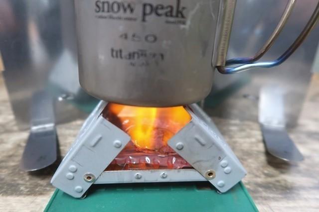 固形燃料ストーブで燃やしているところ