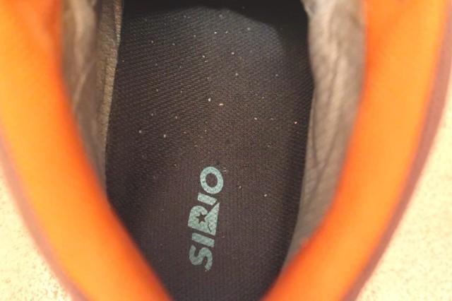 激安インソールを入れる前の登山靴の内側のアップ写真