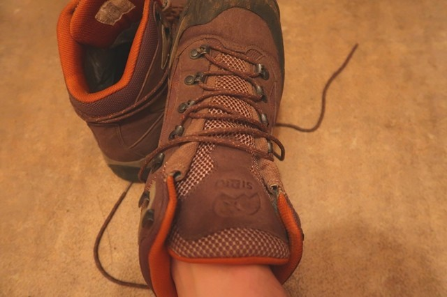 裸足でインソールを装着した登山靴