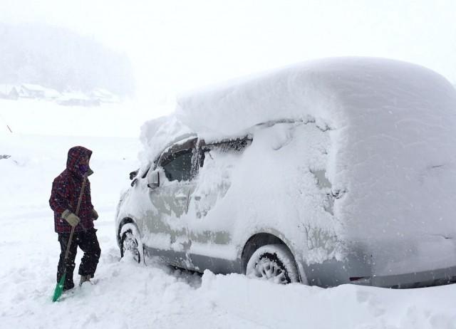 雪に閉じ込められたドライバー
