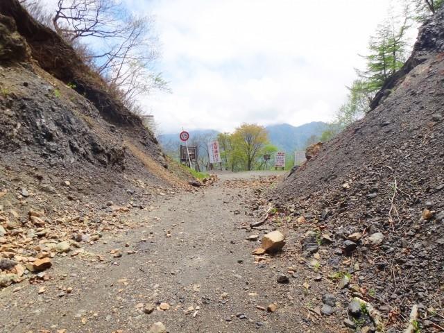 大きな石がゴロゴロある危ない山道