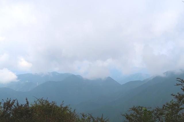 鍋割山の山頂付近からの周辺景色