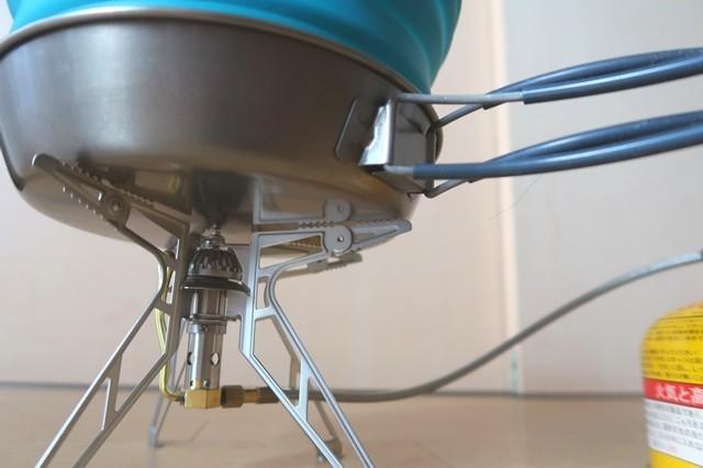 分離式シングルガスバーナープリムスP-155S五徳から鍋を見上げた写真