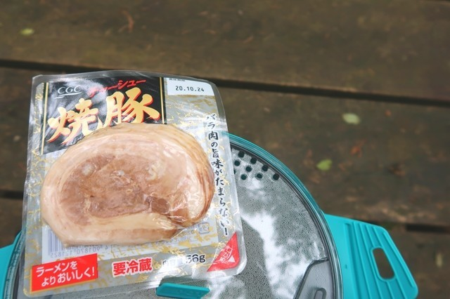 鍋の蓋に焼き豚を置いて調理