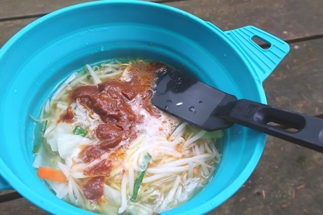 純連の味噌スープの素を入れて掻き混ぜて完成