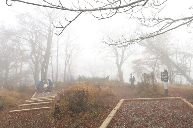 檜洞丸山頂の様子と休憩している登山者