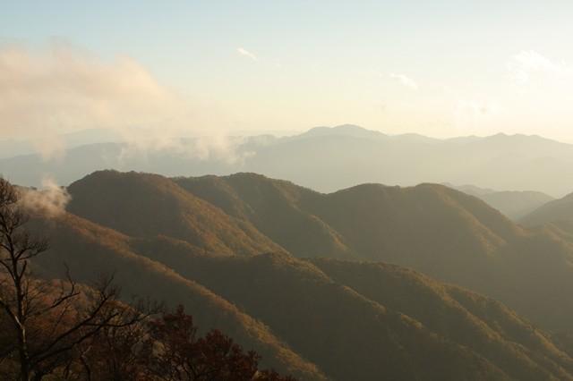 夕日に染まる丹沢主脈縦走路の山々
