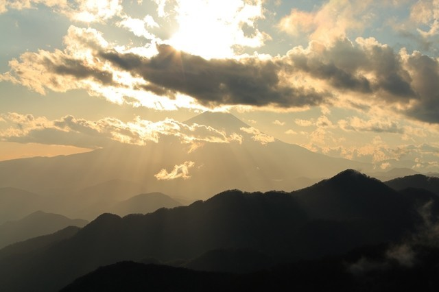 丹沢山塊から富士山の景色
