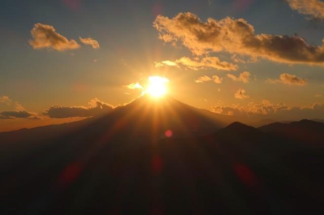 ナイトハイクか山小屋泊でないと見ることが出来ないダイヤモンド富士の景色