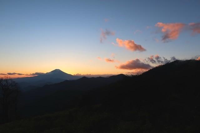 富士山周辺が茜色
