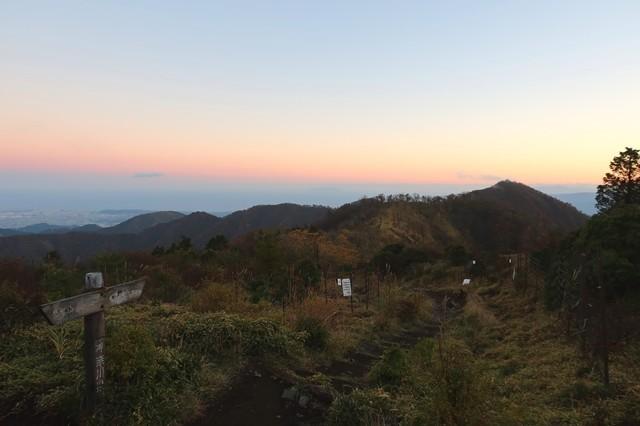 正面右奥のピークが塔ノ岳山頂