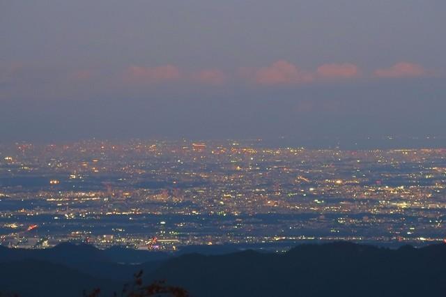 塔ノ岳の山頂手前で街の光