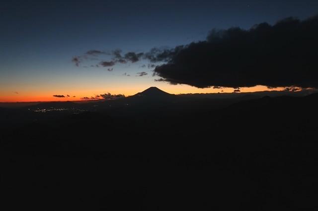 塔ノ岳山頂手前の富士山の夜景の様子
