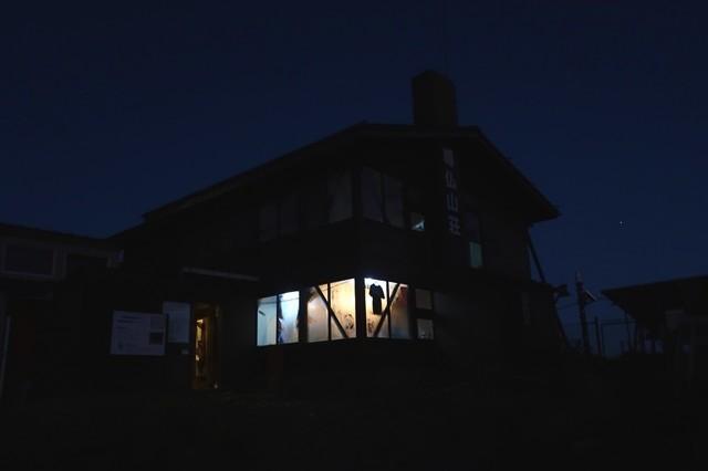 塔ノ岳山頂に鎮座する尊仏山荘