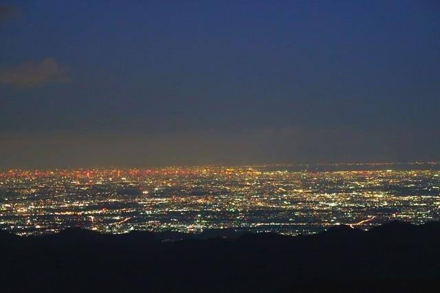 写真真ん中左の夜景が新宿方面