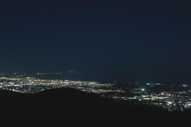 写真左側が藤沢の夜景と江ノ島景色