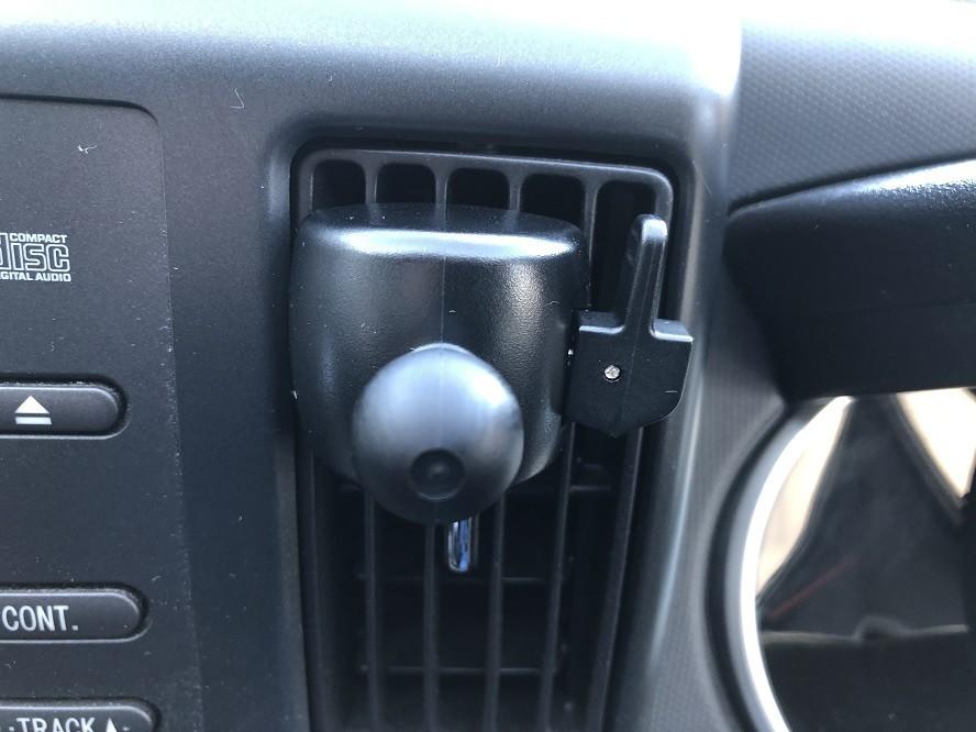 エアコンの吹き出し口用スマホホルダーを付けた