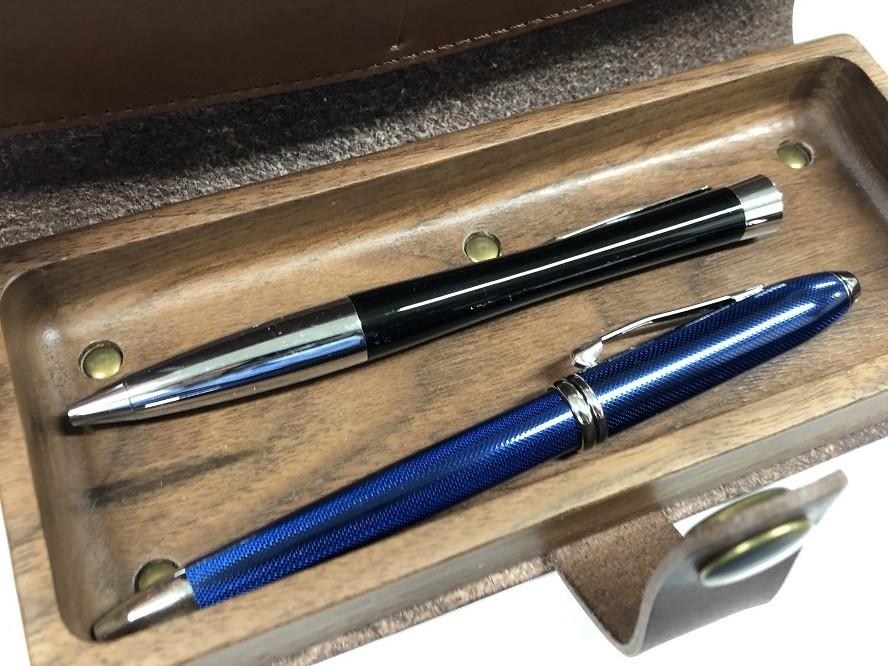 革ペンケースにパーカーのボールペンと、クロスのボールペンを入れてた