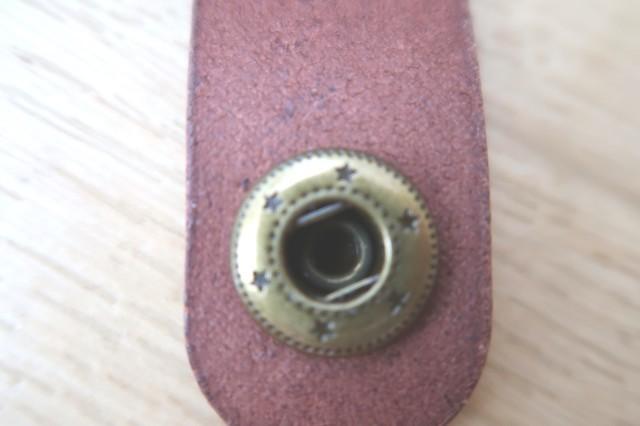 シンプルでおすすめの革ペンケースベルト部分の様子