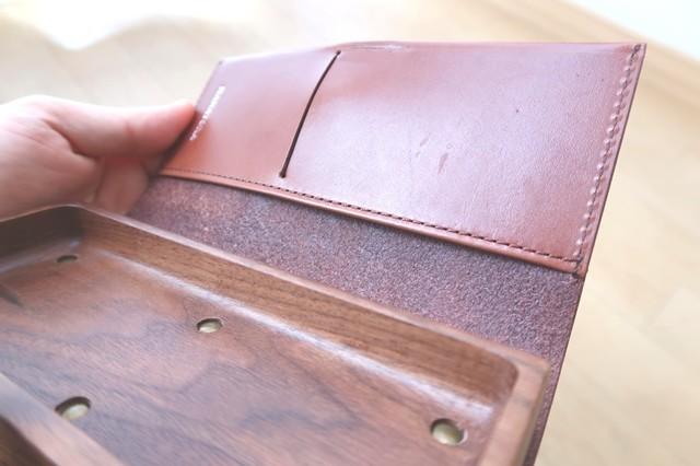 革製ペンケースのカード入れの強度と加工の詳細