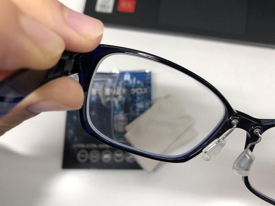 眼鏡のレンズに埃やゴミがないことを確認し息を吹きかけ曇らし拭き取る