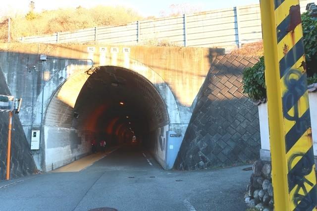 陣馬山登山ルート上のトンネル