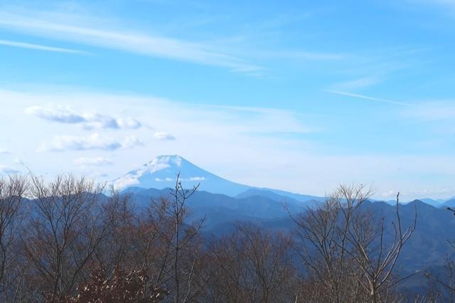 陣馬山山頂直下の富士山景色
