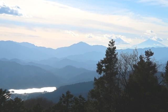景信山から富士山と丹沢山塊相模湖の景色
