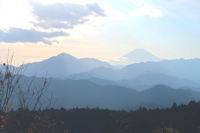 奥高尾一丁平からの丹沢山塊、道志山塊、富士山の景色