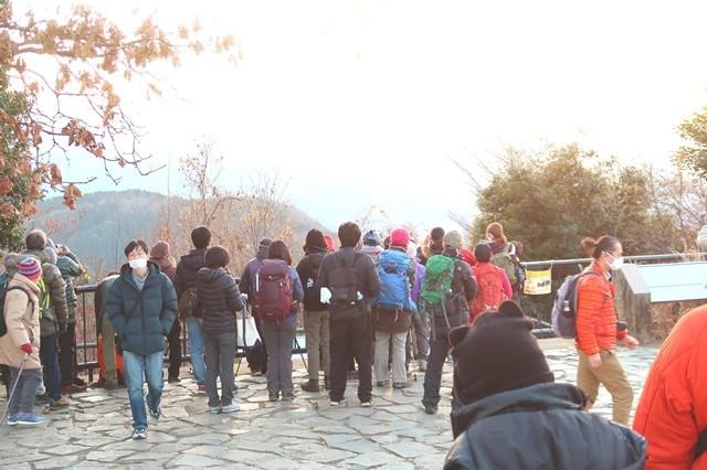 高尾山山頂でダイヤモンド富士を待つ登山者、観光客、カップル