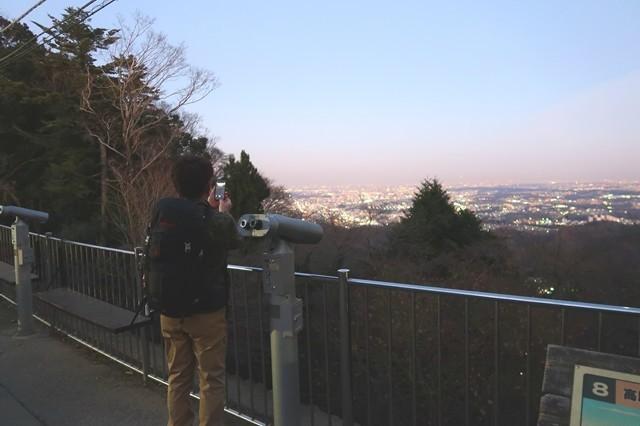 高尾山の夜景を満喫する登山者